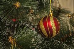 Kleurrijke achtergrond met verfraaide Kerstboom Stock Afbeelding