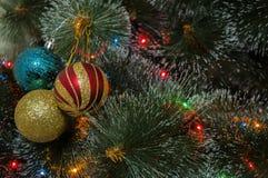 Kleurrijke achtergrond met verfraaide Kerstboom Stock Foto