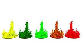 Kleurrijke achtergrond met vloeistof Simulatie van plonsen van verf op een muzikale spreker die muziek spelen 3d plonsen van stock video