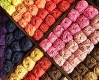Kleurrijke achtergrond van garen Stock Foto's