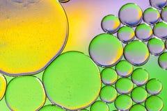 Kleurrijke achtergrond van oliedalingen op de waterspiegel Stock Afbeeldingen