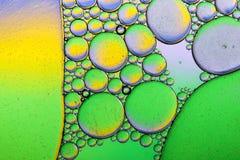 Kleurrijke achtergrond van oliedalingen op de waterspiegel Royalty-vrije Stock Foto