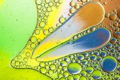 Kleurrijke achtergrond van oliedalingen op de waterspiegel Stock Fotografie