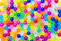 Kleurrijke achtergrond van plastic parels. Stock Foto's
