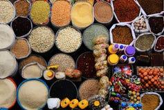 Kleurrijke achtergrond van vele verschillende types van zaden, rijst, graan, eieren en suikergoed stock afbeeldingen