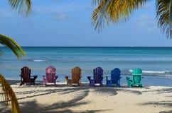 Kleurrijke Adirondak-Stoelen op Palm Beach in Aruba Stock Foto's