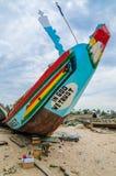 Kleurrijke Afrikaanse pirogue of houten boot die op strand worden geschilderd Royalty-vrije Stock Foto