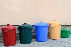 Kleurrijke afval sorterende klei op huismuur Royalty-vrije Stock Fotografie