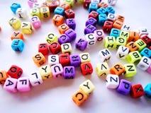 Kleurrijke alfabetblokken met witte achtergrond stock afbeeldingen