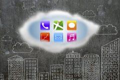 Kleurrijke app pictogrammen op witte wolk met de muur van gebouwenkrabbels Stock Foto's