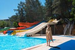 Kleurrijke aquapark in groen bos royalty-vrije stock foto