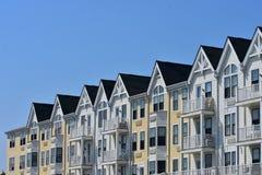 Kleurrijke Architecturale Gebouwen op een rij onder de Blauwe Hemel Stock Foto's