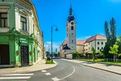 Kleurrijke architectuur in Koprivnica, Kroatië stock afbeelding