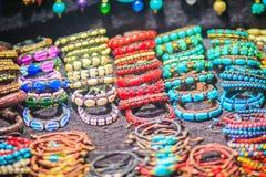 Kleurrijke armbanden, parels en halsbandenherinnering voor verkoop op streptokok stock fotografie