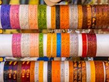 Kleurrijke armbanden van Pisa - de verkoop van de herinneringsstraat - PISA ITALIË - 13 SEPTEMBER, 2017 Royalty-vrije Stock Foto