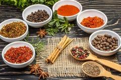 Kleurrijke aromatische Indische kruiden en kruiden op een oude eiken houten diepe blauwe raad Royalty-vrije Stock Foto