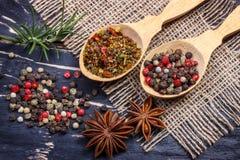 Kleurrijke aromatische Indische kruiden en kruiden op een oude eiken houten diepe blauwe raad Stock Fotografie