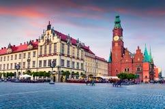 Kleurrijke avondscène op Wroclaw-Marktvierkant met Stadhuis royalty-vrije stock afbeeldingen