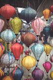 Kleurrijke Aziatische lantaarns in daglicht royalty-vrije stock foto