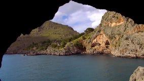 Kleurrijke baai bij het Baleaarse Eiland Mallorca stock video