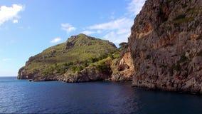Kleurrijke baai bij het Baleaarse Eiland Mallorca in de recente middag stock footage