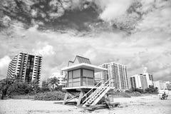 Kleurrijke badmeestertoren op zandig strand Stock Fotografie