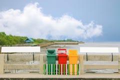 Kleurrijke bak tussen signage op blauwe hemelachtergrond stock afbeelding