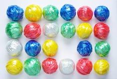Kleurrijke Bal door Plastic Kabel door Creatieve Kringloop Stock Fotografie