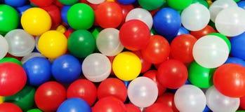 Kleurrijke ballen voor de pool van de kinderen vele plastic ballen van verschillende kleuren Heldere gekleurde plastic ballen royalty-vrije stock foto's
