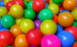 Kleurrijke ballen voor kinderenspel bij de speelplaats Stock Fotografie