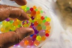 Kleurrijke ballenbezinning in hydrogelbal stock afbeeldingen