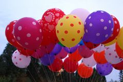Kleurrijke ballon in blauwe hemel Royalty-vrije Stock Afbeeldingen