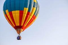 Kleurrijke ballon die in de blauwe hemel vliegen Royalty-vrije Stock Foto's