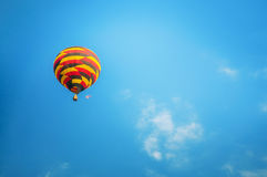 Kleurrijke ballon op hemel Royalty-vrije Stock Foto's