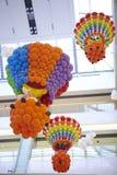 Kleurrijke ballondecoratie bij de brandballon van de wandelgalerijsupermarkt Stock Foto