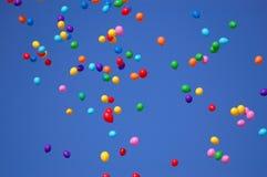 Kleurrijke ballons in blauwe hemel Stock Afbeelding