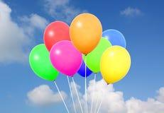 Kleurrijke ballons in blauwe hemel Stock Foto's