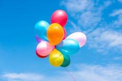 Kleurrijke ballons in de blauwe hemel Stock Foto