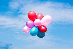 Kleurrijke ballons in de blauwe hemel Stock Afbeeldingen
