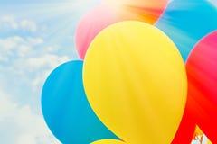 Kleurrijke ballons in de zon tegen de blauwe hemel met exemplaarruimte, close-up stock fotografie