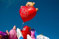 Kleurrijke ballons die bij een funfair worden verkocht Stock Foto