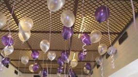 Kleurrijke ballons die op het plafond binnen drijven stock video