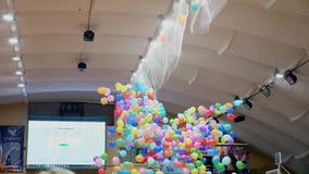 Kleurrijke ballons die van het plafond, stadsgebeurtenis, vakantie vallen stock video