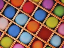 Kleurrijke ballons in een doos Stock Fotografie