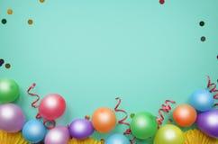 Kleurrijke ballons en confettien op de turkooise mening van de lijstbovenkant Verjaardag, vakantie of partijachtergrond vlak leg  stock afbeeldingen