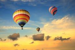 Kleurrijke ballons met dramatische hemel Royalty-vrije Stock Foto
