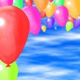 Kleurrijke ballons met oceaan Stock Foto's