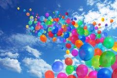 Kleurrijke ballons op blauwe hemel Royalty-vrije Stock Foto's