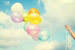 Kleurrijke ballons op blauwe hemel stock fotografie