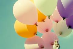 Kleurrijke ballons op blauwe hemelachtergrond Royalty-vrije Stock Foto
